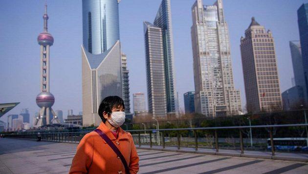 I v Šanghaji se obyvatelé často chrání rouškami.