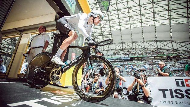 Britský cyklista Luke Rowe z předního týmu Sky si zlomil holenní i lýtkovou kost pravé nohy při raftingu.