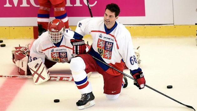 Brankář Dominik Hašek a útočník Jaromír Jágr, dva velikáni českého a světového hokeje během vzpomínkové exhibice na Ivana Hlinku v Jihlavě.
