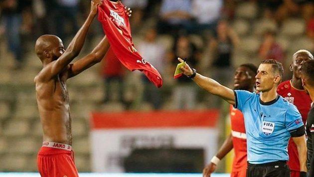 Fotbalista Antverp Didier Lamkel Zé ukazuje na obdiv svůj dres poté, co vstřelil gól a za následnou oslavu s fanoušky si nechal dát druhou žlutou kartu.