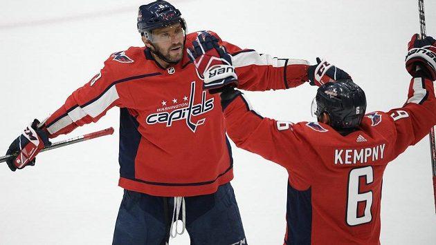 Kapitán hokejového Washingtonu Capitals Alex Ovečkin nastřílel další hattrick a vystřídal Davida Pastrňáka v čele žebříčku střelců tohoto ročníku NHL. Ke gólu mu gratuluje český spoluhráč Kempný.