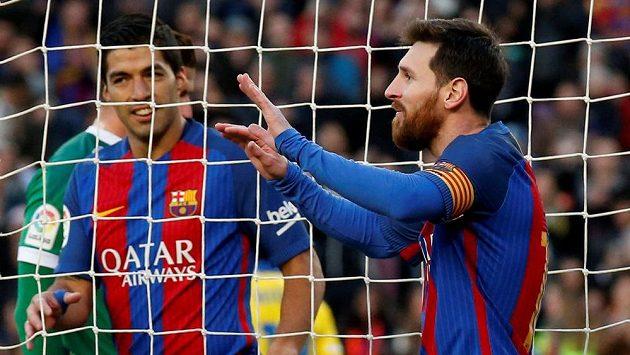 Barcelonští útočníci Lionel Messi (vpravo) a Luis Suárez oslavují gól proti Las Palmas.