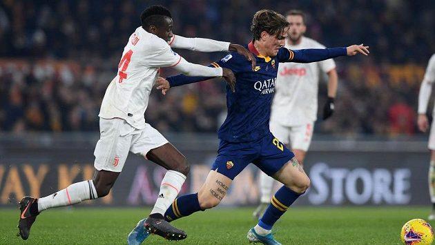 Nicolo Zaniolo (vpravo) z AS Řím a Blaise Matuidi z Juventusu.