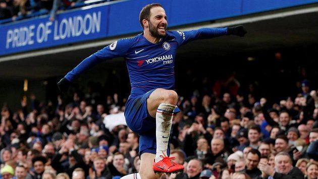 Gonzalo Higuaín z Chelsea se raduje z gólu proti Huddersfieldu.