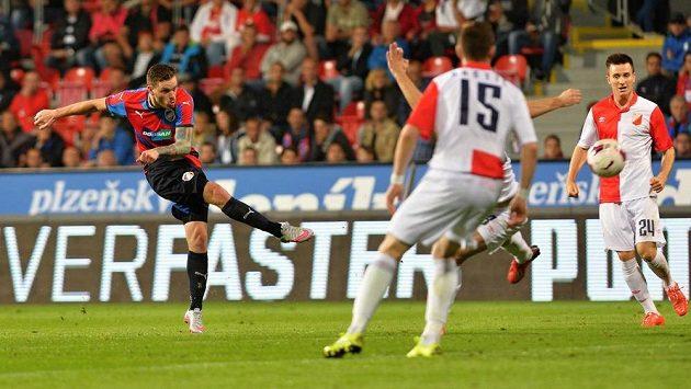 Ondřej Vaněk (vlevo) z Plzně střílí gól Vojvodině Novi Sad.