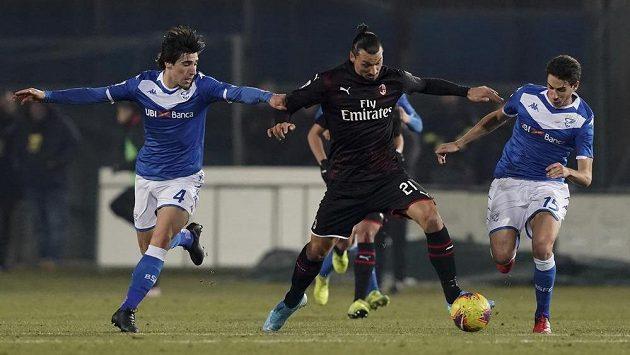 Zlatan Ibrahimovic (21) z AC Milán mezi hráči Brescie.
