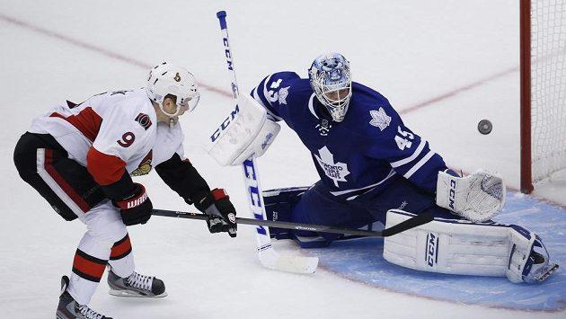 Křídelní útočník Ottawy Milan Michálek v nájezdu ztroskotává na brankáři Toronta Bernierovi.