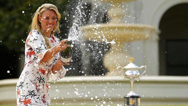 Vítězska Australian Open Angelique Kerberová otevírá před fotografy šampaňské den po svém triumfu.