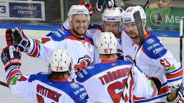 Hokejisté Lva Praha zleva Jiří Sekáč, Petr Vrána a Ondřej Němec se radují z první finálové výhry v Magnitogorsku.