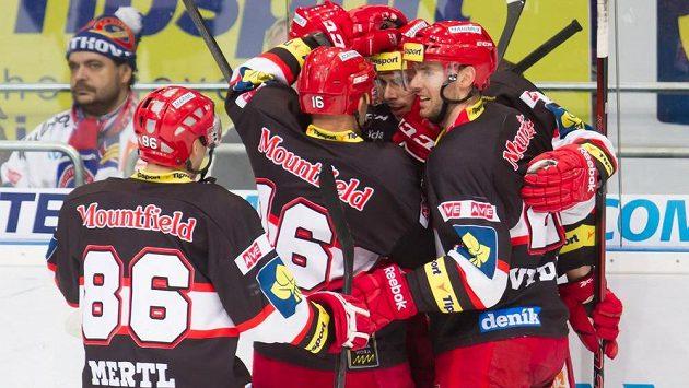 Hokejisté Hradce Králové se radují ze vstřelení gólu (ilustrační foto).