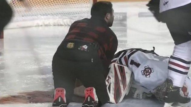 Tucker Tynan leží na ledě poté, co jej jeden z protihráčů zasáhl bruslí.