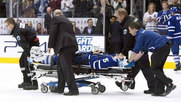 Obránce Toronta Paul Ranger opustil po ošklivém faulu Alexe Killorna z Tampy Bay hrací plochu na nosítkách.