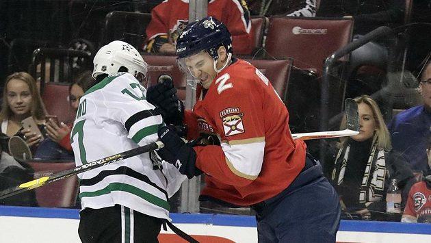 Obránce Floridy Josh Brown a útočník Dallasu Andrew Cogliano v souboji během úterního duelu NHL. Ilustrační foto.