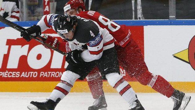 Kanaďan Tyson Barrie v souboji s Arťomem Volkovem z Běloruska.