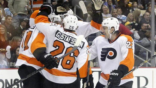Hokejisté Philadelphie se radují z gólu na ledě Pittsburghu. Vpravo obránce Luke Schenn.