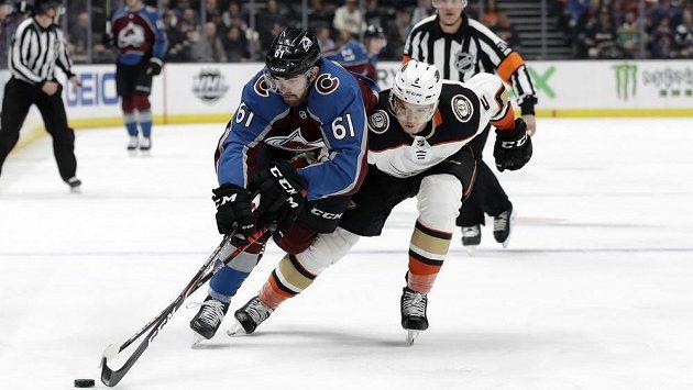 Český útočník Colorada Martin Kaut (vlevo) v souboji s Brendonenm Guhlem z Anaheimu v zápase NHL.