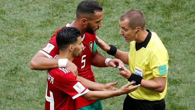 Fotbalisté Maroka diskutují s rozhodčím Markem Geigerem, který pískal jejich zápas MS s Portugalskem. Měli výhrady k jeho výrokům.