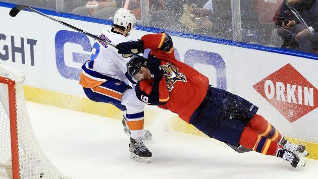 Centr Floridy Aleksander Barkov (16) v duelu play off NHl proti New Yorku Islanders.
