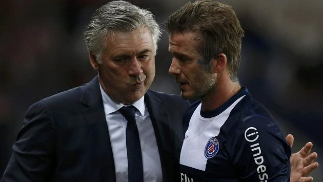 Trenér Carlo Ancelotti při pařížském loučení s Davidem Beckhamem.