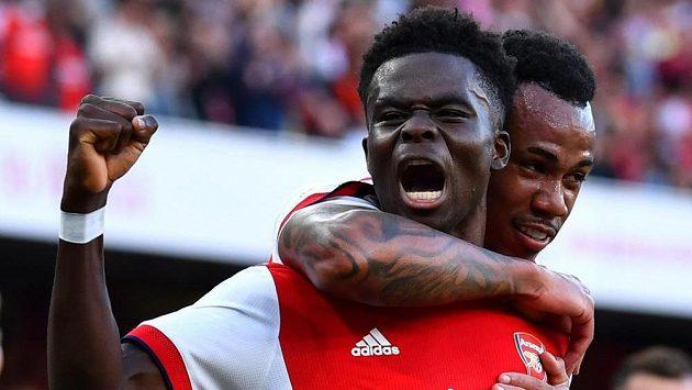Bukayo Saka z Arsenalu slaví gól v duelu proti Tottenhamu.