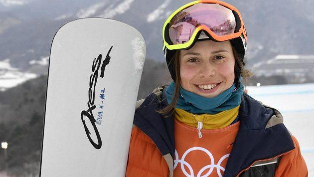 Česká snowboardcrossařka Eva Samková při tréninku stihla i zapózovat fotografům. Na knírek v národních barvách dojde až při závodě.