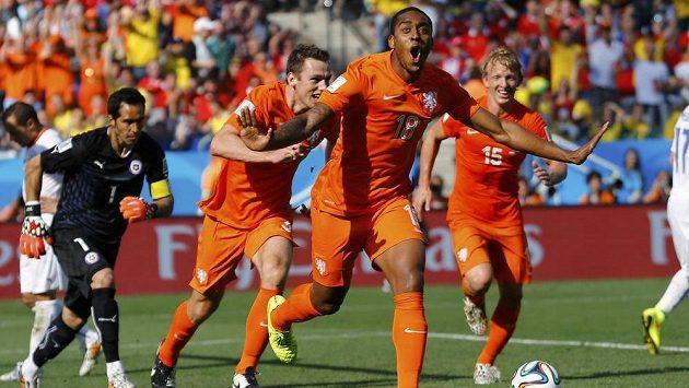 Leroy Fer z Nizozemska slaví vedoucí gól svého týmu nad Chile. Stačily mu pouhé dvě minuty pobytu na hřišti.