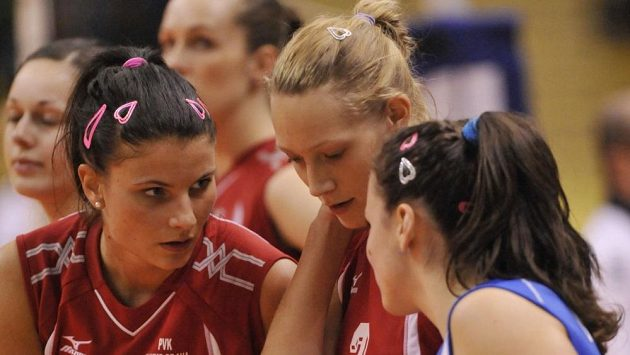 Volejbalistka Michala Kvapilová (uprostřed).