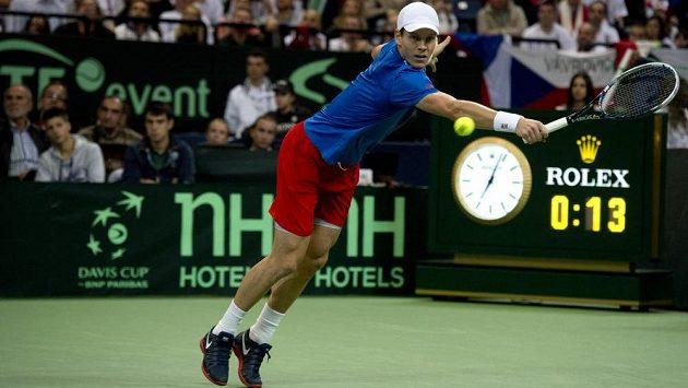 Český tenista Tomáš Berdych v utkání finále Davisova poháru proti Dušanu Lajovičovi.