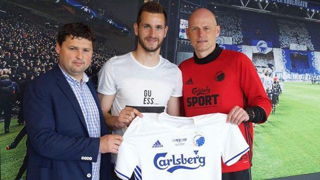 Obránce Slavie Michael Lüftner odejde po sezoně ze Slavie do dánského FC Kodaně. Na fotce pózuje se svým agentem Martinem Hrdličkou a trenérem i sportovním ředitelem klubu Ståle Solbakkenem.