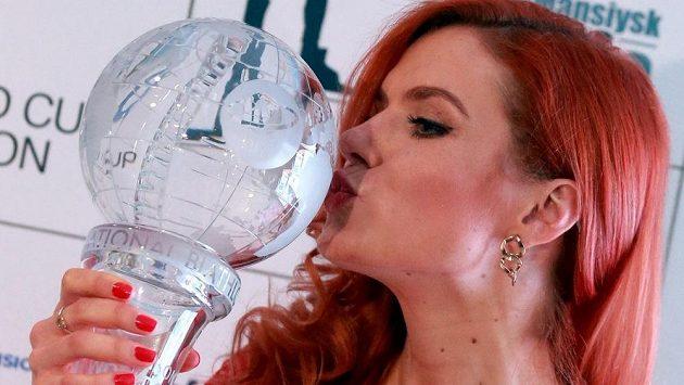 Vytouženou křišťálovou trofej Gabriela Soukalová s chutí políbila.