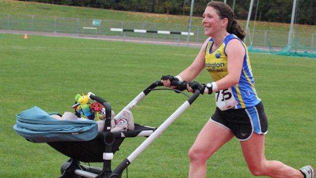 Jessica Bruceová zaběhla netradiční světový rekord v maratónu. Běžela s kočárkem a synem Danielem.