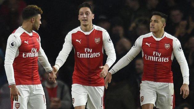 Radost fotbalistů Arsenalu (zleva) Alex Oxlade-Chamberlain, autor gólu Mesut Özil a Alexis Sánchez.