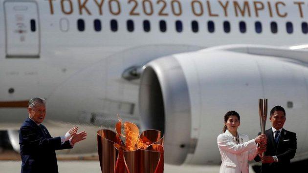 Olympijská pochodeň dorazila v pátek do Japonska. Letadlo s olympijským ohněm přistálo na vojenské základně Macušim.