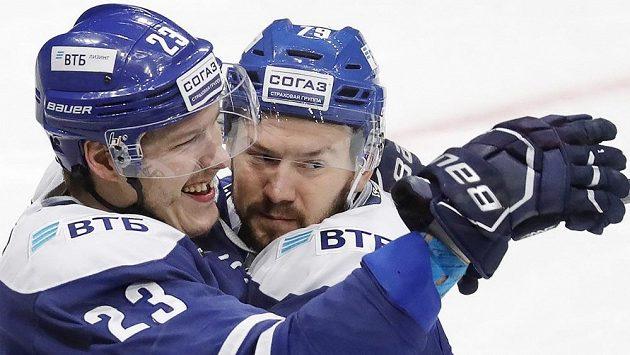 Dmitrij Jaškin (vlevo) se spoluhráčem z moskevského Dynama Daniilem Tarasovem slaví gól v utkání KHL proti Ufě.