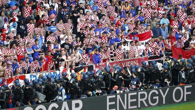 Chorvatští fanoušci na stadiónu v Saint-Étienne.