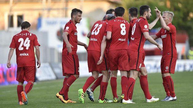 Fotbalisté Brna se radují z vyrovnávaciho gólu proti Jihlavě, který vstřelil Michal Škoda (třetí zleva).