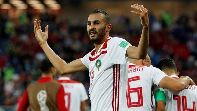 Marocký fotbalista Chalid Butaíb slaví gól v síti Španělska na mistrovství světa.