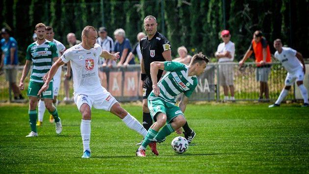 Útočník Hradce Králové Pavel Dvořák (vlevo) během utkání proti Bohemians.