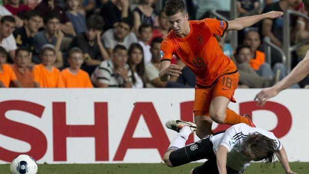 Marco van Ginkel (nahoře) v dresu nizozemské reprezentace do 21 let v utkání proti Německu.