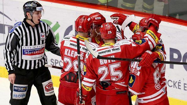 Hokejisté Třince se radují z gólu proti Plzni.