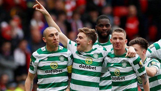 James Forrest slaví se spoluhráči úvodní gól do sítě Aberdeenu v semifinále skotského FA Cupu.