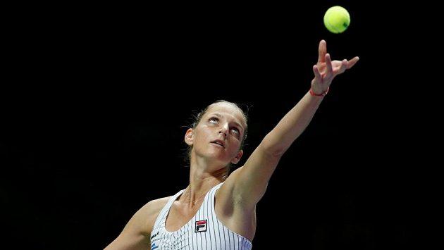 Karolína Plíšková podává při zápase s Venus Williamsovou na Turnaji mistryň v Singapuru.