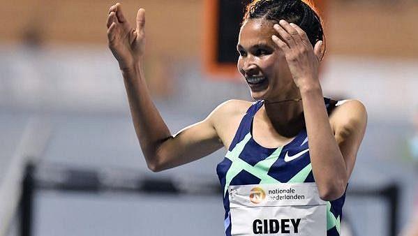 Etiopanka Letesenbet Gideyová vylepšila v Hengelu světový rekord v běhu na 10 000 metrů.