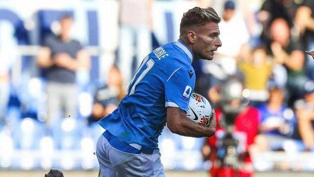 Útočník Lazia Řím Ciro Immobile oslavuje jednu ze svých dvou proměněných penalt proti Atalantě Bergamo.