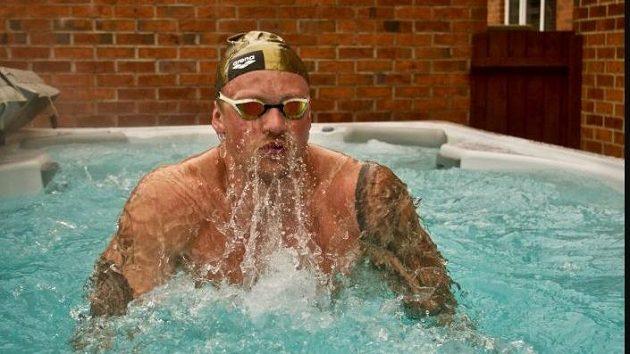 Světový rekordman Adam Peaty trénuje v bazénku na zahradě.