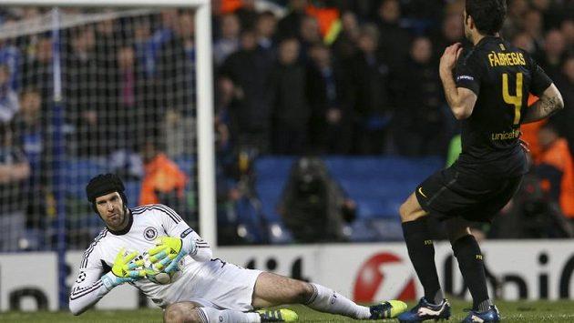 Gólman Chelsea Petr Čech zasahuje proti střele Ceska Fábregase z Barcelony.