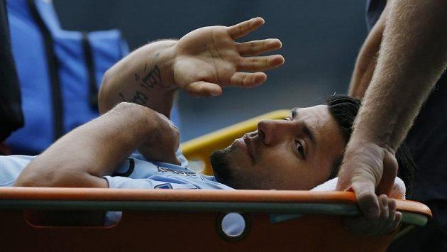 Sergia Agüera odnášejí se zraněným kolenem z trávníku.