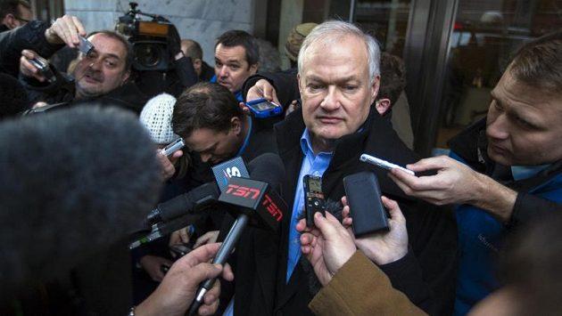 Výkonný ředitel hráčské asociace NHLPA Donald Fehr v zajetí novinářů.