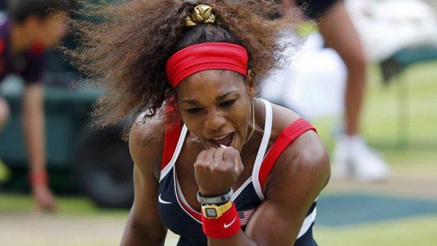Americká tenistka Serena Williamsová se hecuje ve finále olympijského turnaje proti Marii Šarapovové