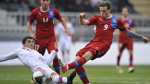 Reprezentant do 21 let Ondřej Vaněk (vpravo) bojuje v baráži o míč s Rusem Jurijem Kirillovem z Ruska.